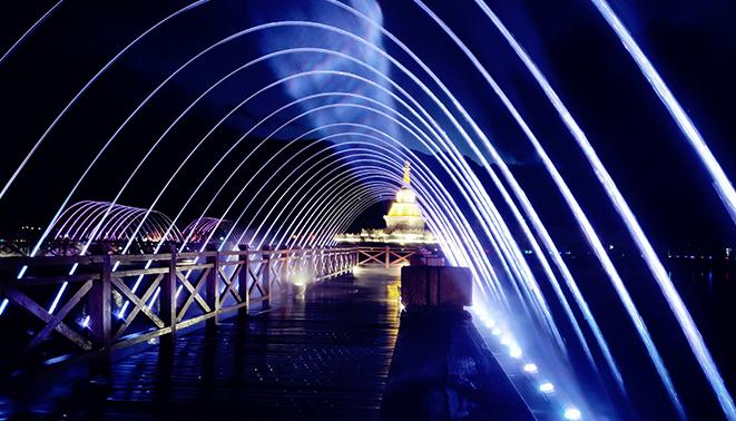 甘孜格萨尔王城珠姆圣湖桥上玻光泉及冷雾工程